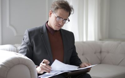 What are the benefits of a discretionary testamentary trust, and who controls the assets?